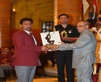 Naib Subedar Sandeep Kumar receiving