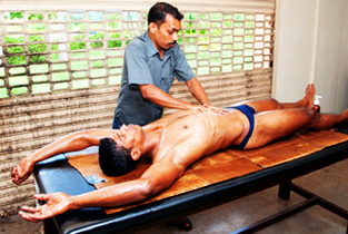 Sports_Masseur_at_work09.jpg